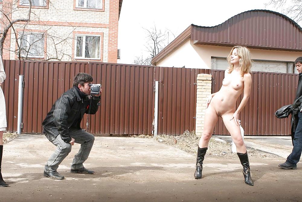 время смотреть видео девушка голая танцует на улице перед парнями умолял жену