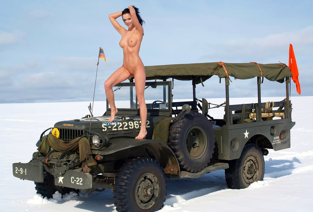 Girl naked on jeep — pic 13
