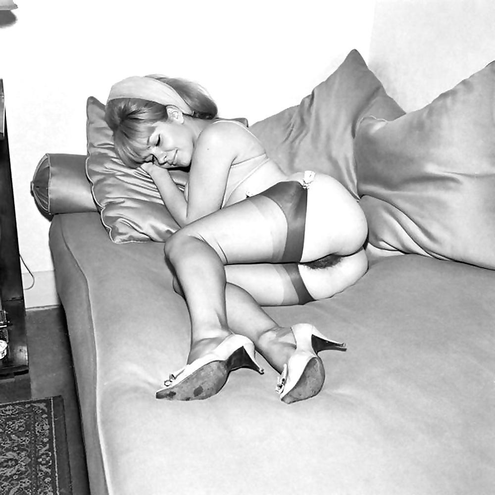 Черно-белые ретро голые женщины в чулках