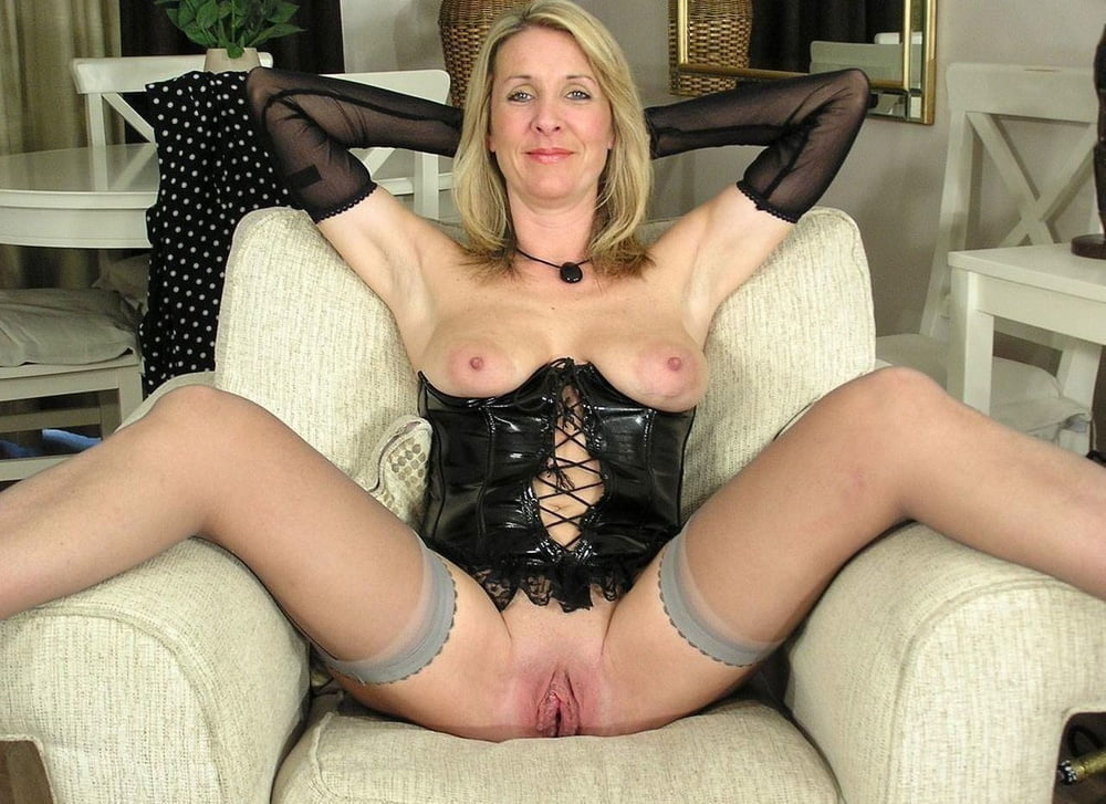Mature Images Nudist Older Ladies Spreading Pussy For