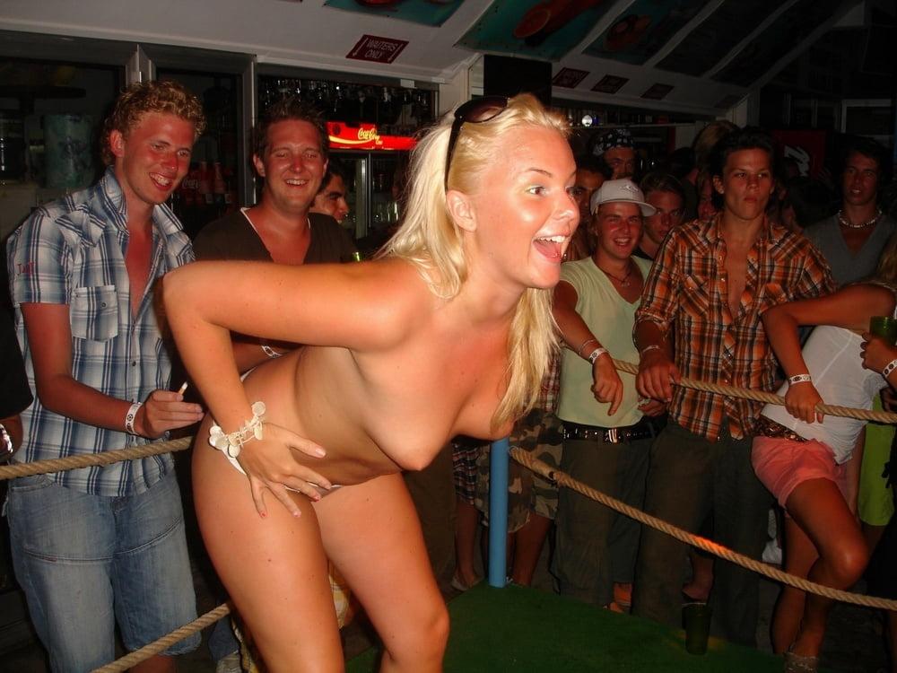 Жена разделась на вечеринке