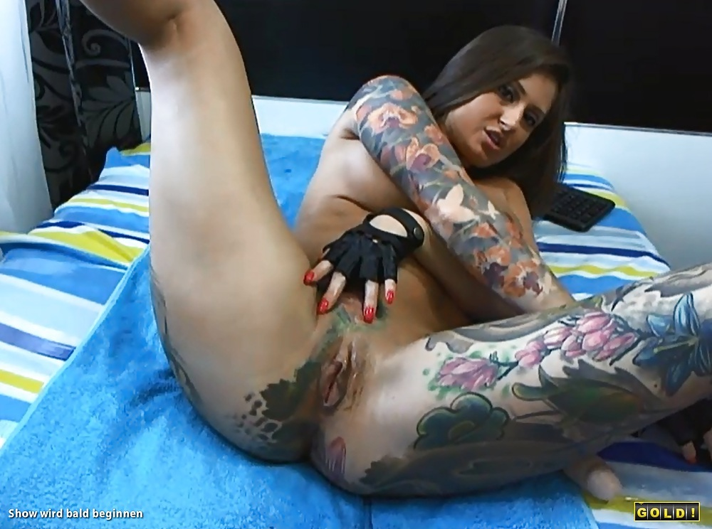 Hot tattooed brunette in webcam pussy show