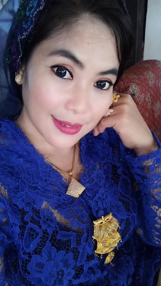Racy pose of sexy milf from indonesia