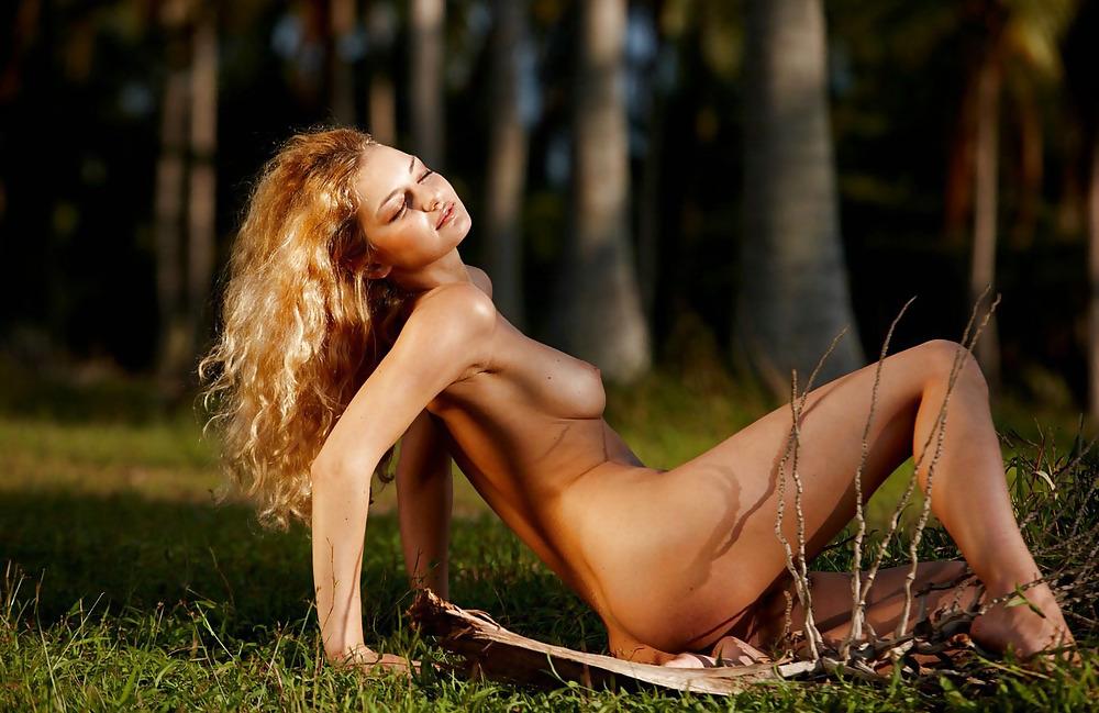 Chiara sexy nude girl posing outdoors porn pic gallery