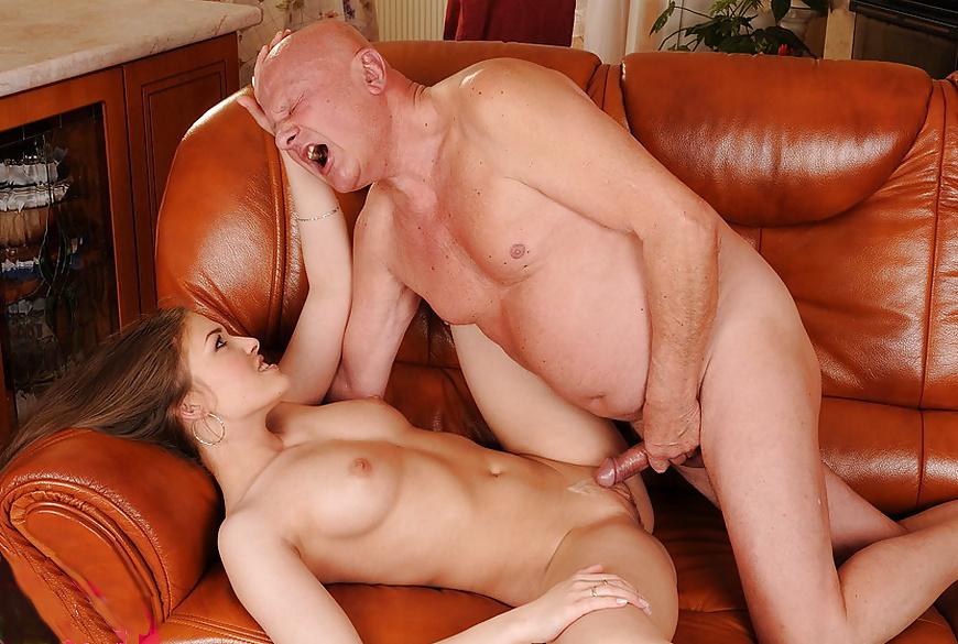 Порно-старые мужики трахают девушку