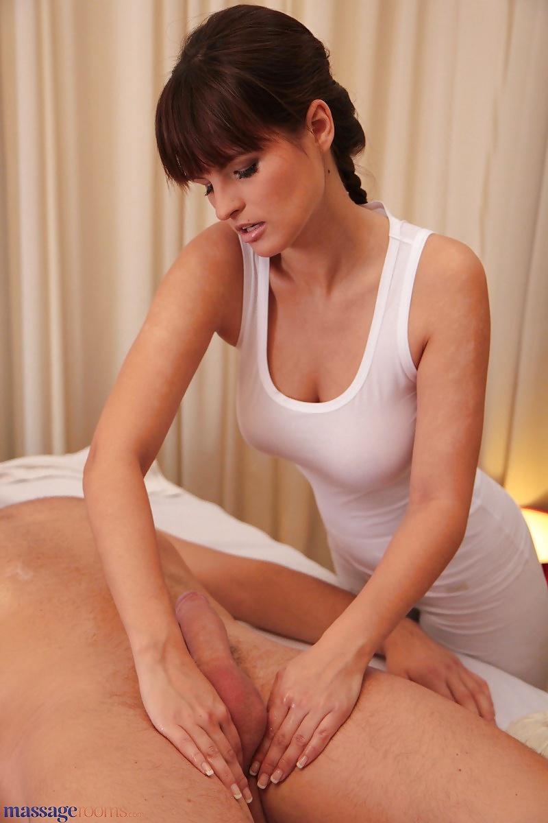 Массажистка в белье делает массаж члена порно — img 9