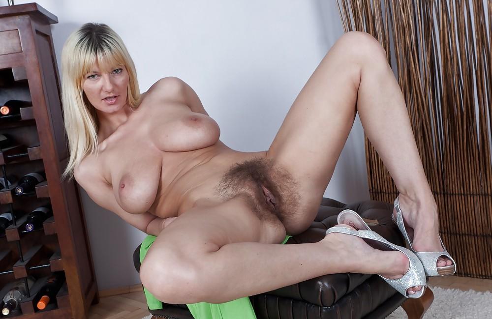 Фото порно аппетитная зрелая волосатая раздевается для тебя члены фото мужик
