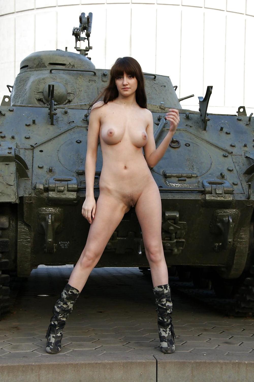 golie-zhenshini-v-tanke-prosmotr-porno-video-krasotki