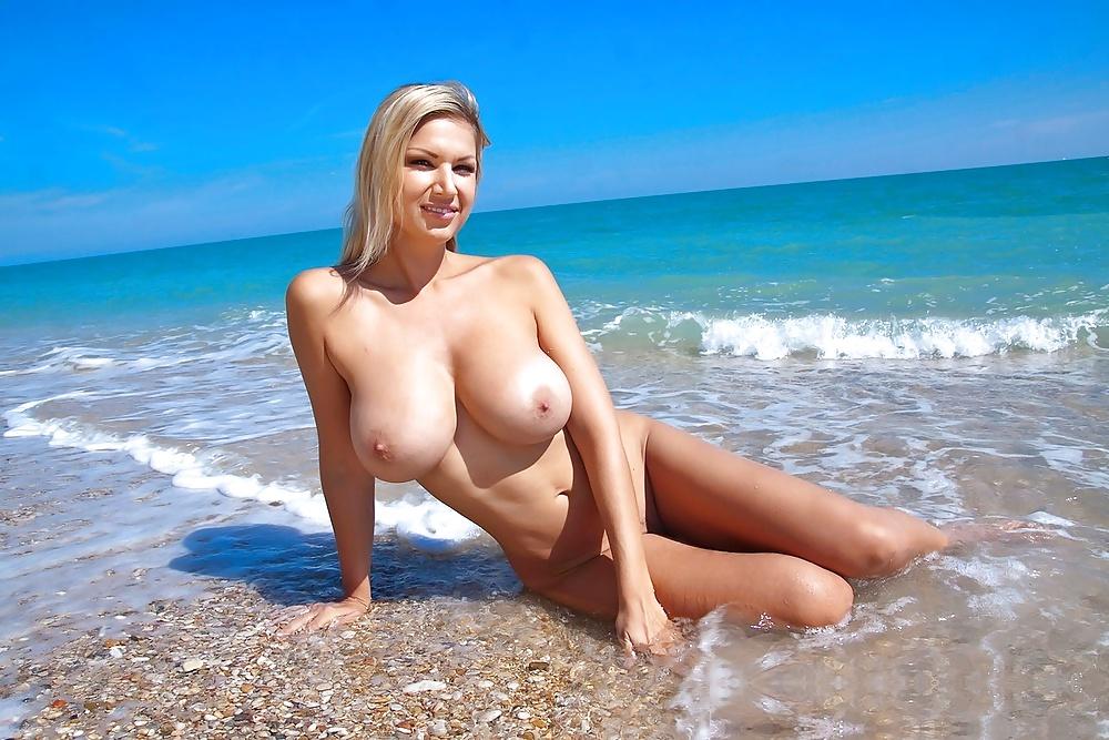 сисястую подругу на берегу моря
