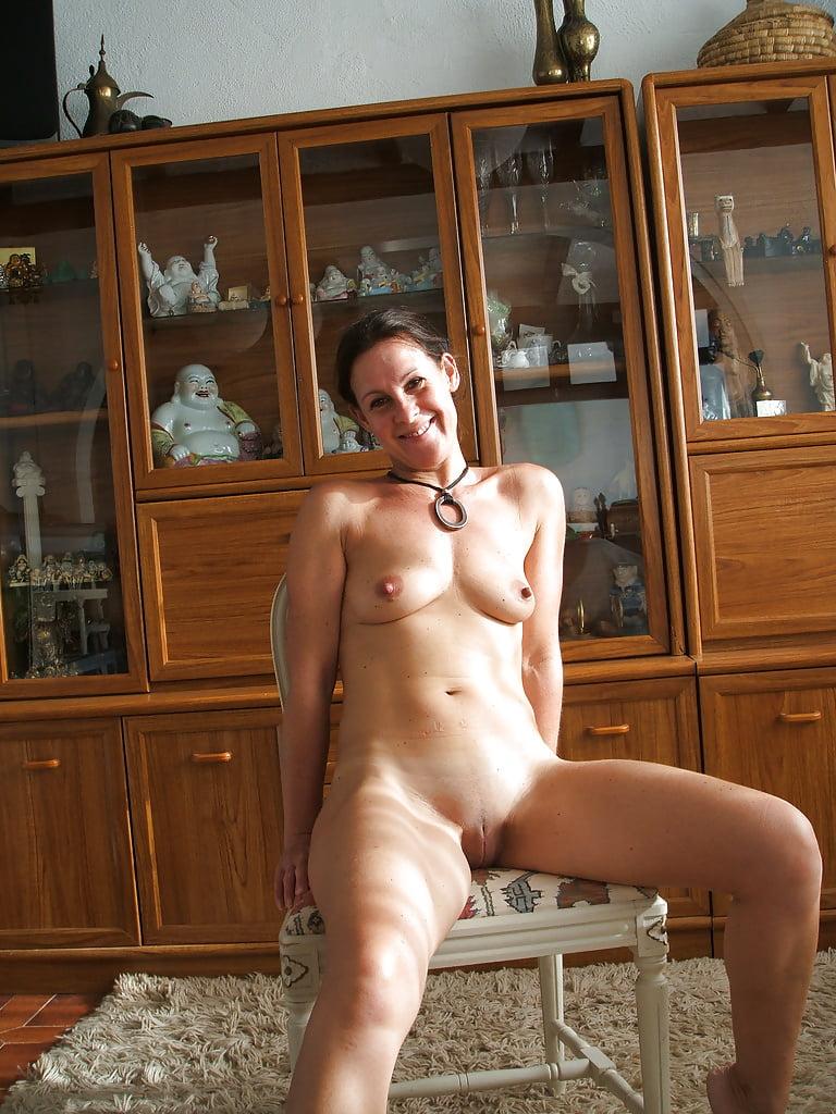 Бабы позируют голыми дома порно