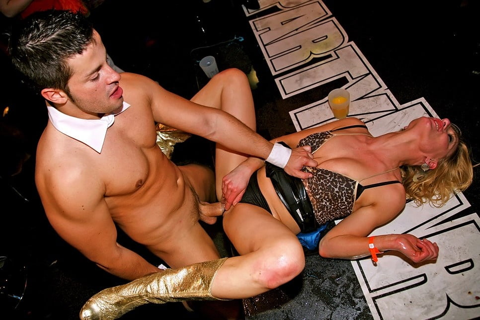 amateur-porn-woman-fucking-male-strippers