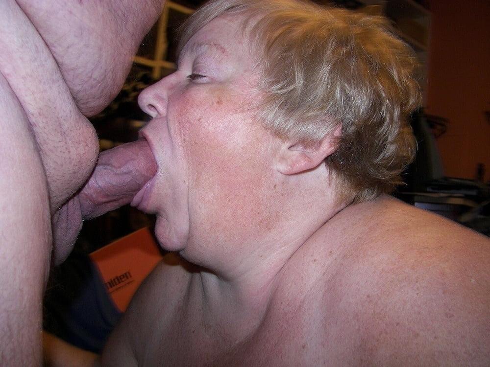 Секс фото старушки сосут член 9