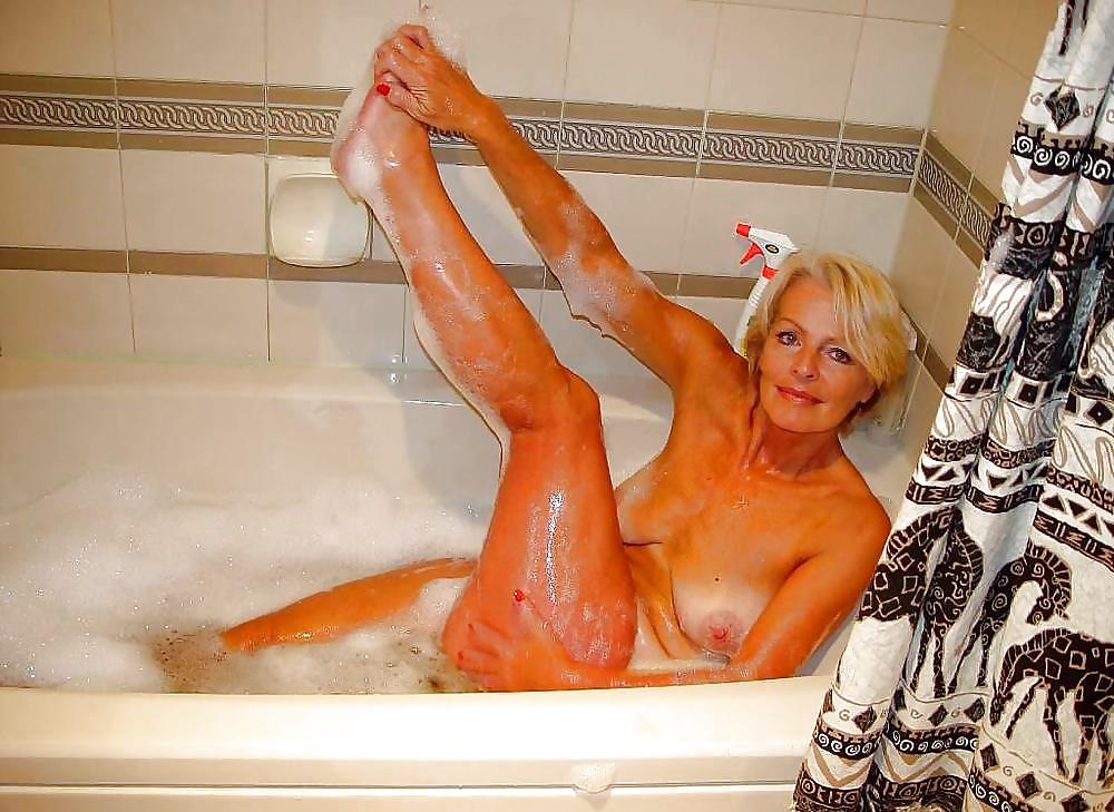 русская тетя в ванной стоял уже