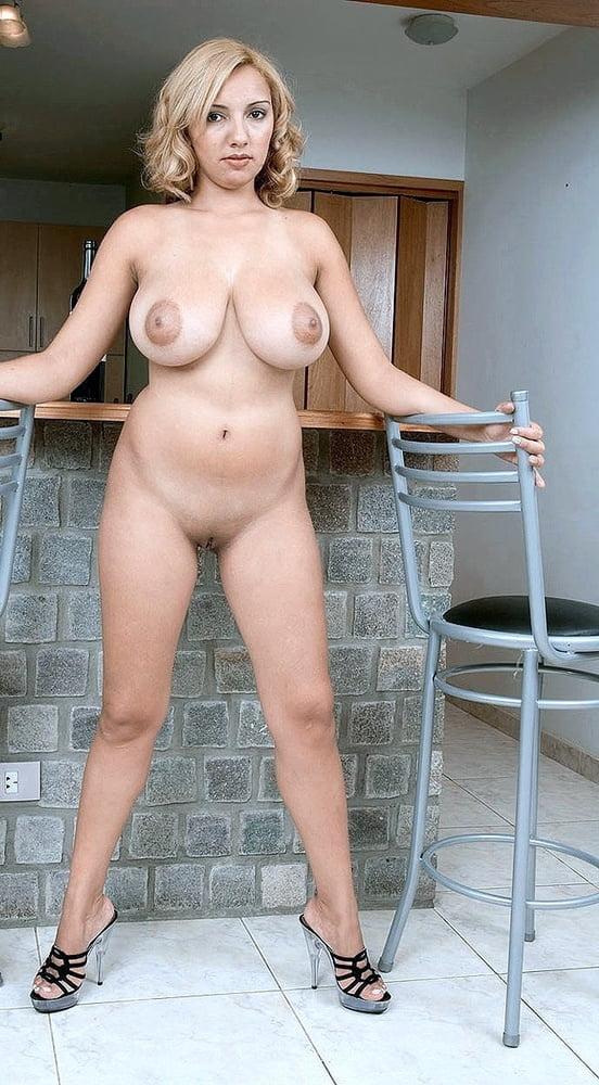 Голая домохозяйка с большими сиськами фото телку
