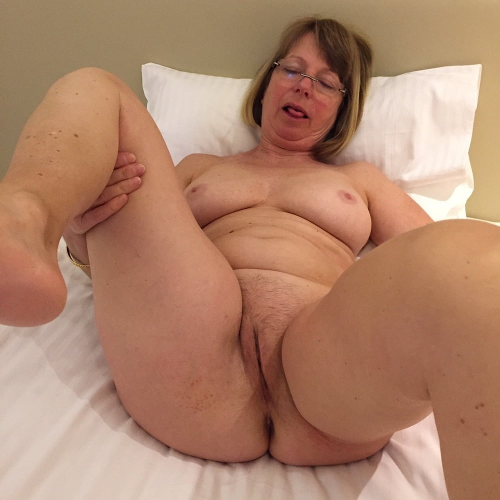 Shaved american housewife playing with her toy