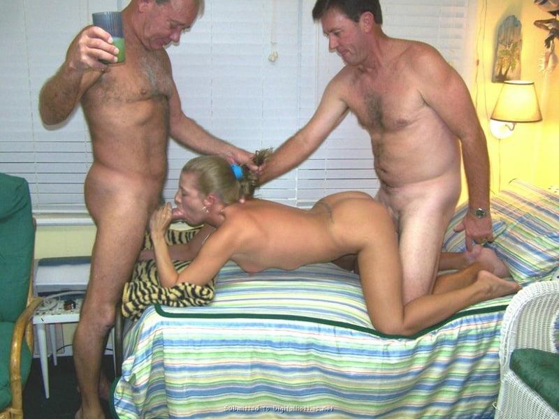 Sexy babes threesome-9112
