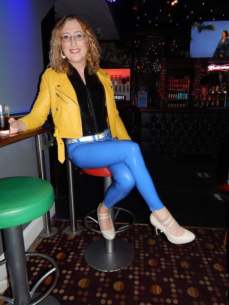 Latex Jeans and Top n the Pub - 14 Pics