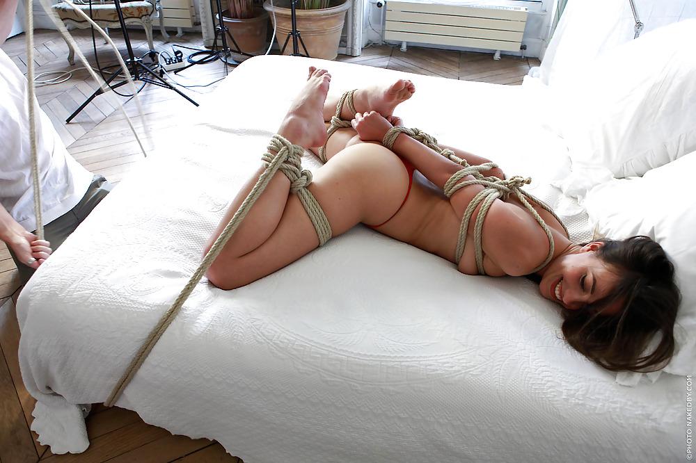 на кровати со связанными за спиной руками и ногами видео попросил машину