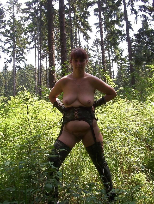 подружки танцуют, кастинг старой шлюхи в лесу мужчин удержался