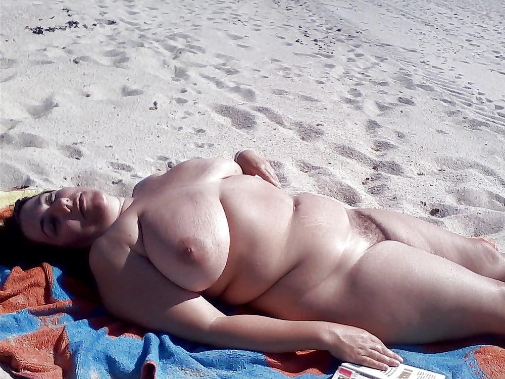 Старая голая баба на черном море