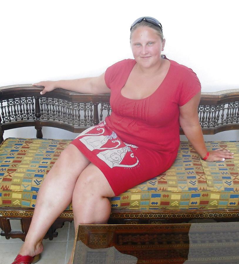 Пожилая полная голая на кровати женщина мучила пенис