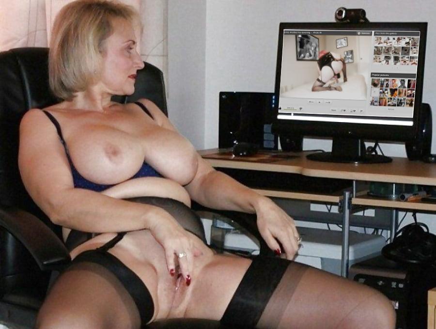 Зрелые женщины мастурбируют за столом порно