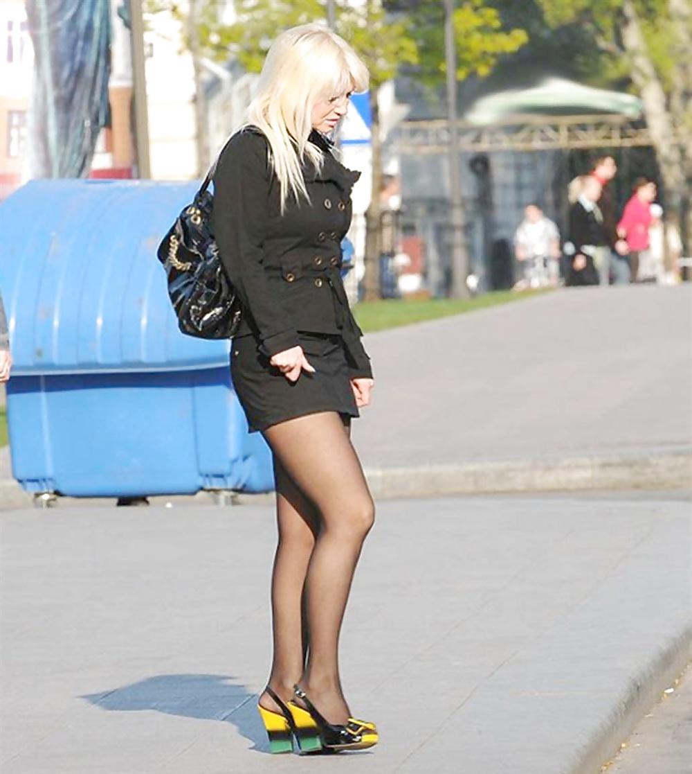 женские ноги на улице пятница, так