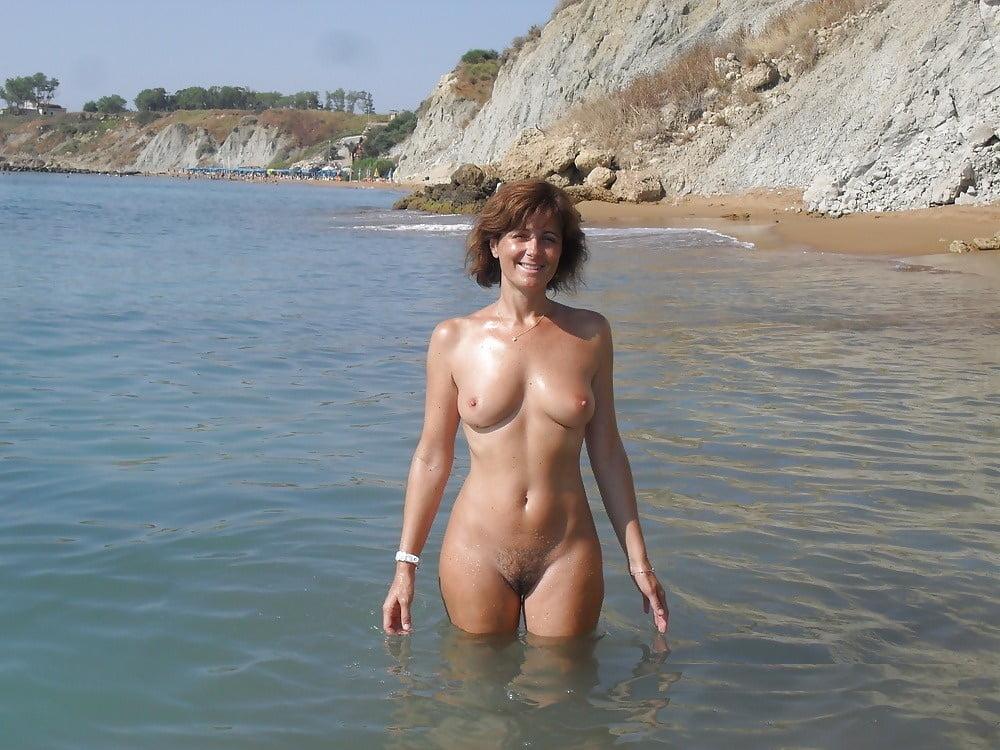 Порно я с женой на пляже аппетитные