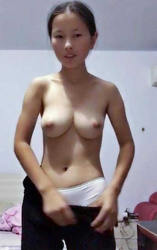 A college student girl leaked wechat naked pics