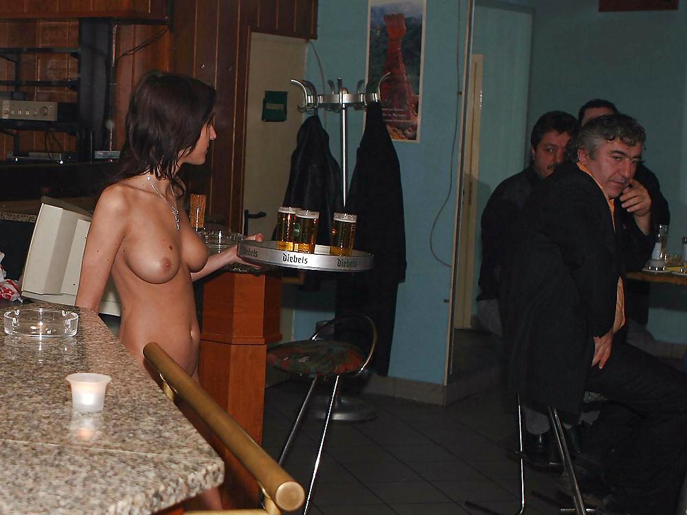 Голые в общественных помещениях, девушка кончает от горячего секса