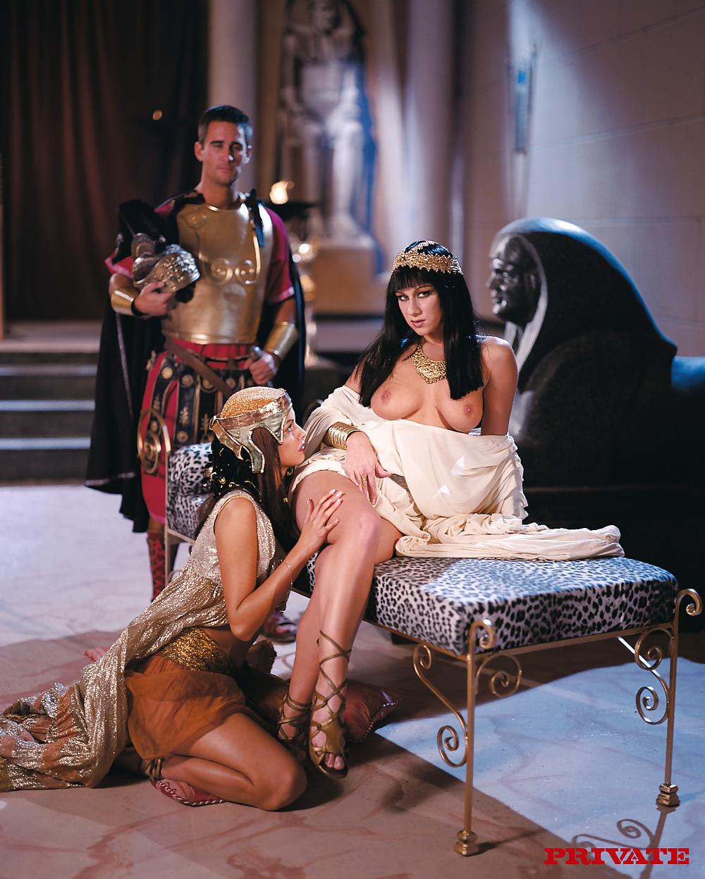 молодых эротический фильм королева и слуги таки
