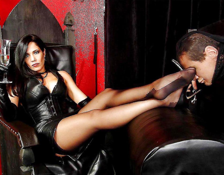 Эротические картинки раб и обувь госпожи 10