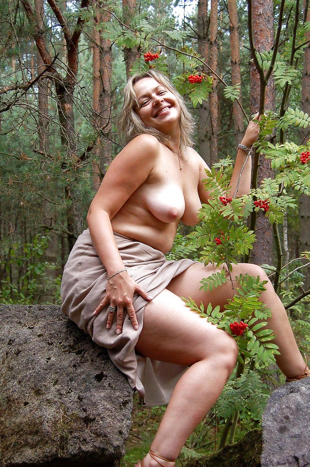 zhene-konchil-erotika-krasivie-zrelie-na-lesnoy-tropinke