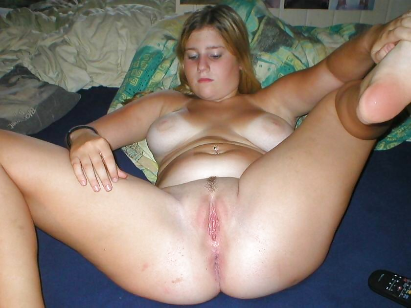 Teen girl gets naked and gives blowjob