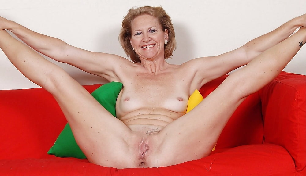 Old naked women with spread legs — photo 3