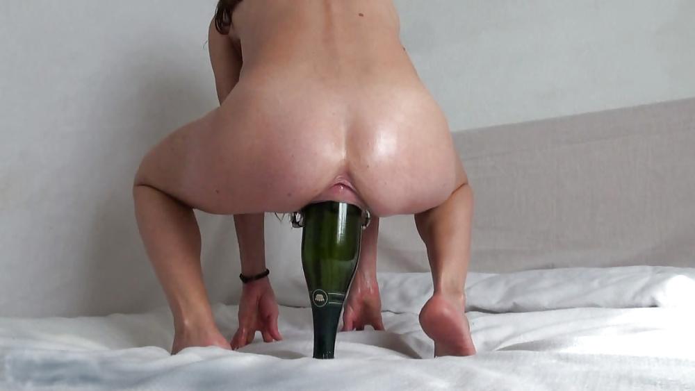 Девушек видео как бабе засовывают бутылку в пизду член влазит