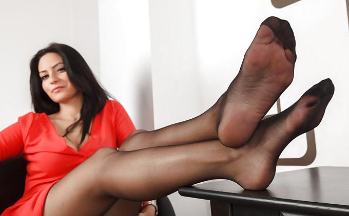 Девушки в колготках дрочит член ступнями фото, полные женщины бальзаковский возраст секс