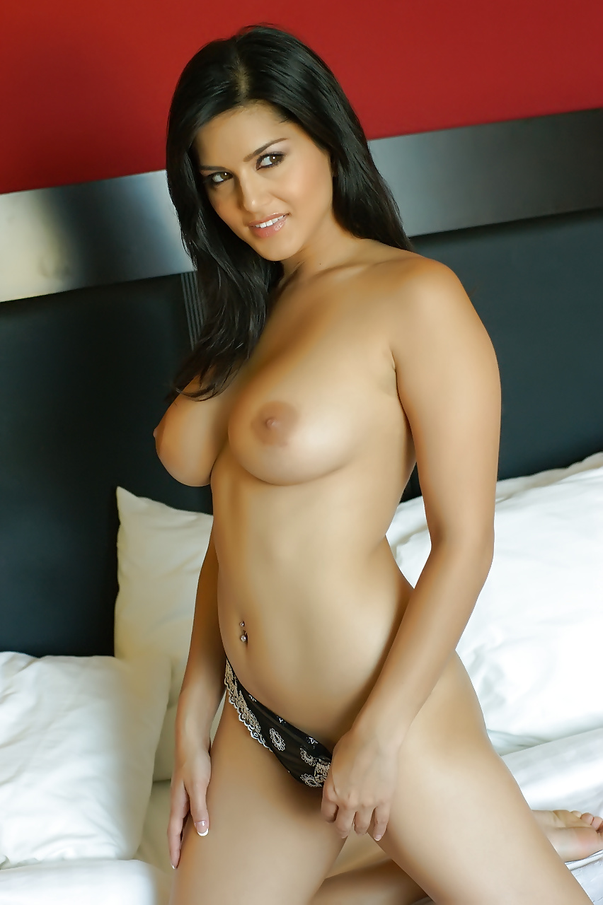 nude-sunny-leone-in-bedroom-black-leave-republican-party