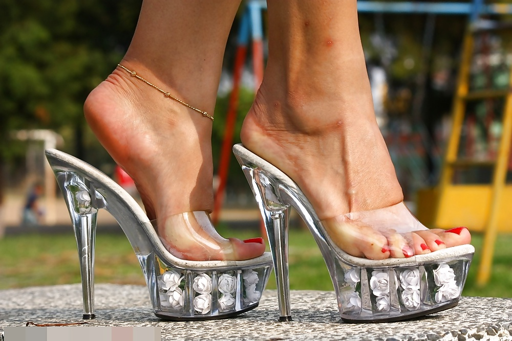 Candid Milf Feet Amp Legs Shoeplay Dangle Flipflops