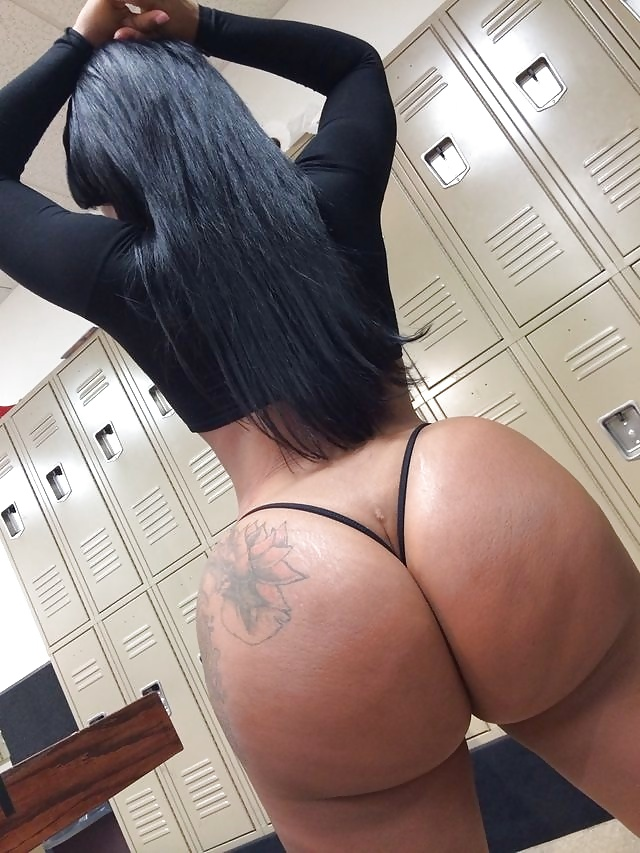 Foxy ebony slut shaking and twitching her big bubble butt while riding a huge black boner