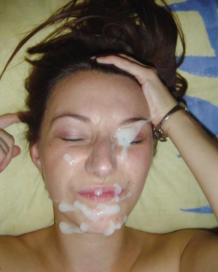 Вытирает сперму с лица
