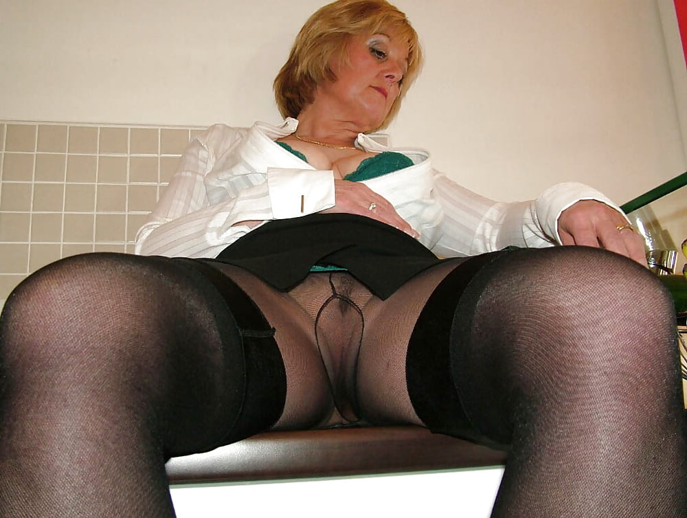 Old trashy mom in pantyhose