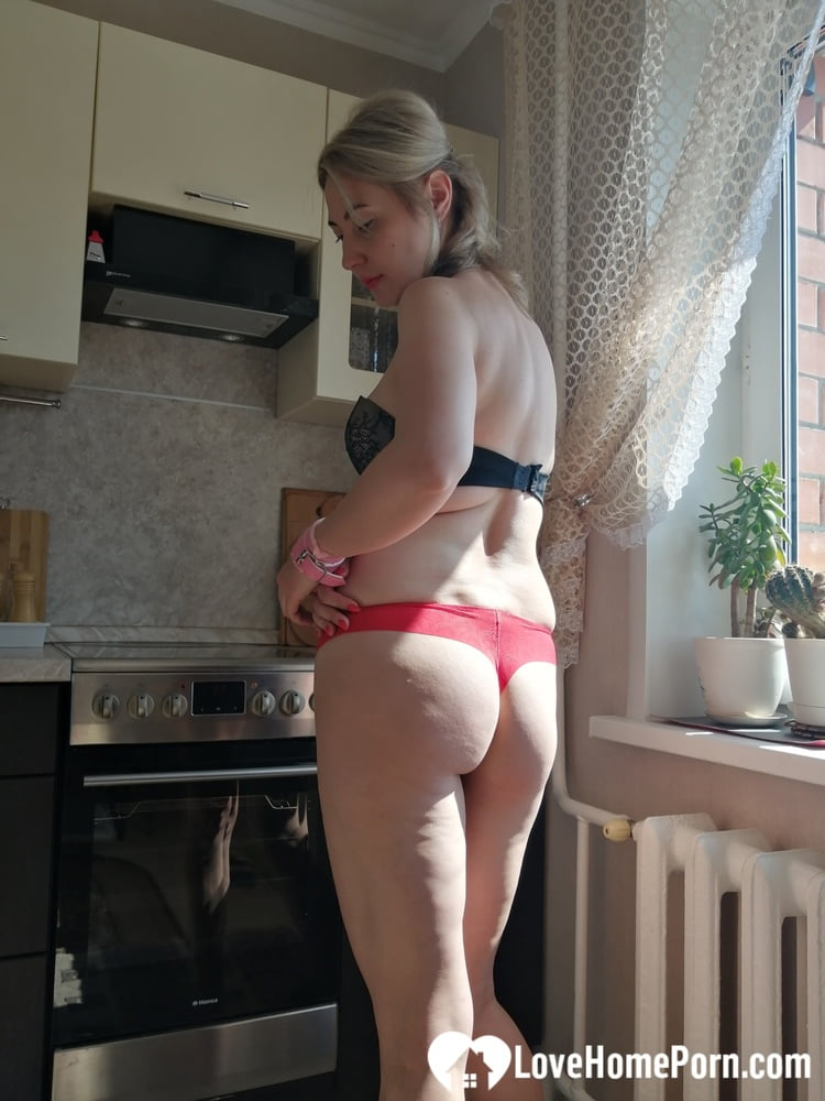 Housewife displays her hot body out of boredom - 49 Pics