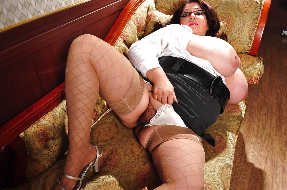 Thick and hairy women-4530