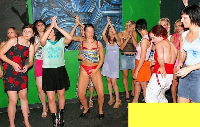 фото вечеринка без одежды ноги раздвигали