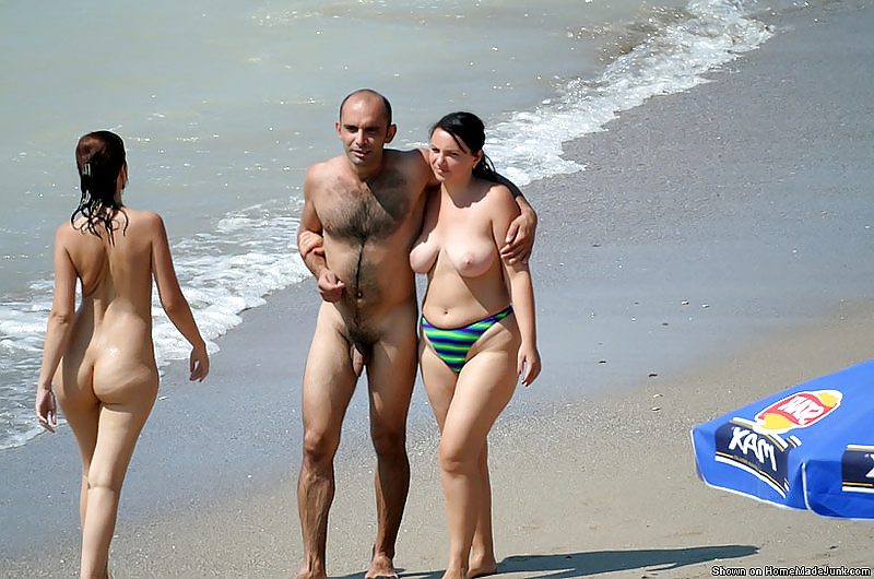 Full naked woman man in beach — photo 4