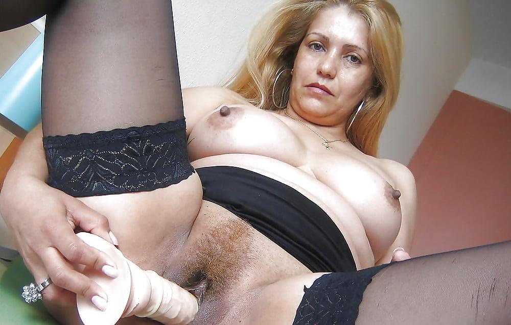 русская женщина показывает как она дрочит пизду - 3