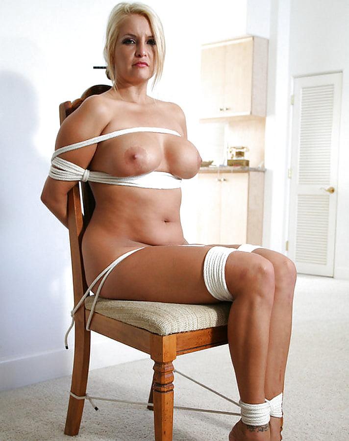 Голые девушки привязанной к стулу член