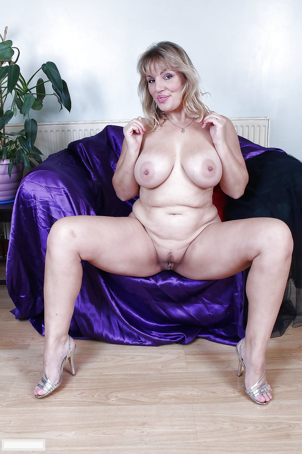 full-bodied-sexy-mature-mola-nude-hot