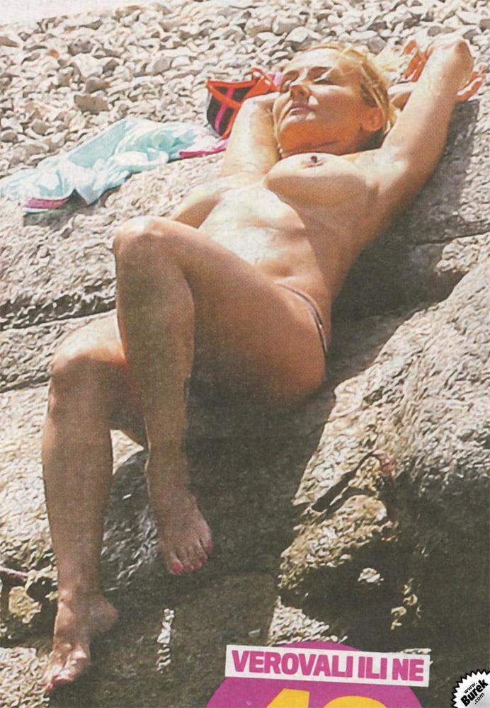 Slike gole na plazi Mirjana Karanović